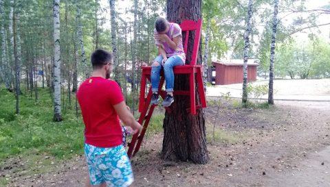 Красный стул Бузим