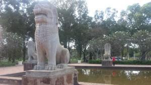 Камбоджийские львы в центральном парке СиемРеап