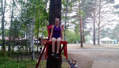 Красный стул на дереве