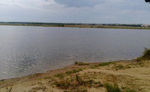 Песчаный пляж озера Бузим